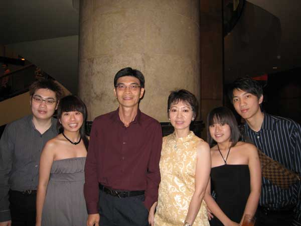 "My Family, Photo Taken Before The Dinner<br />(From Left To Right: Me, Li Xiang, Dad, Mom, Hui Mi and Leroy)"" /><figcaption>My Family, Photo Taken Before The Dinner<br />(From Left To Right: Me, Li Xiang, Dad, Mom, Hui Mi and Leroy)</figcaption></figure> <p><b>Nokia N82</b><br /> My mom and brother finally changed their handphones. My mom changed from Nokia 7610 to a Nokia N82 from Singtel for S$588 and my brother changed from Sony Ericsson W800i also to Nokia N82 from M1 for S$598. As for me, I am still waiting for my Nokia N82, hopefully I can get it before Chinese New Year (*hint* Dinesh *hint*).</p> <figure><img src="